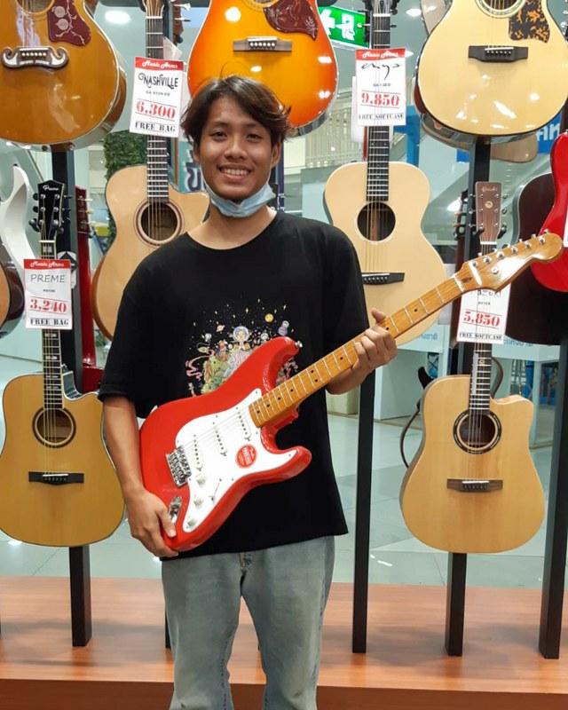 ลูกค้าที่ซื้อ Squier Classic Vibe Stratocaster 50s