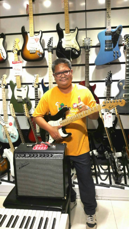 ลูกค้าที่ซื้อ Fender Standard Stratocaster HSS