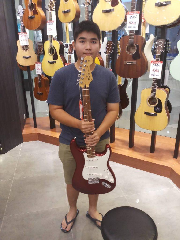 ลูกค้าที่ซื้อ Fender Standard Stratocaster