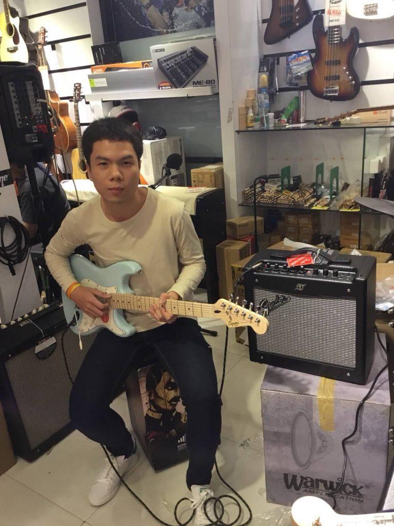 ลูกค้าที่ซื้อ Squier  Deluxe Stratocaster
