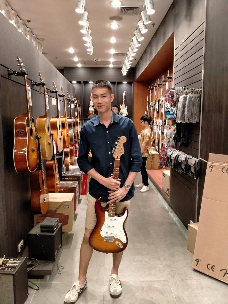 ลูกค้าที่ซื้อ Fender Standard Stratocaster Plus Top