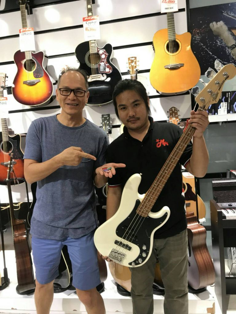 ลูกค้าที่ซื้อ Fender Deluxe Active Precision Bass Special