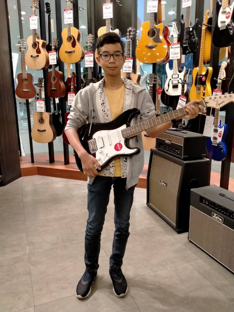 ลูกค้าที่ซื้อ Squier Bullet Stratocaster