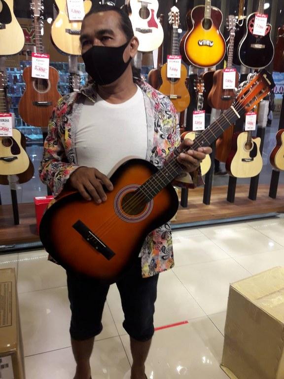 ลูกค้าที่ซื้อ Plum Blossoms 444 guitar