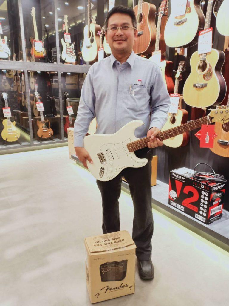 ลูกค้าที่ซื้อ Fender Stratocaster Standard Mexico PF