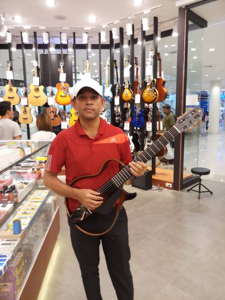 ลูกค้าที่ซื้อ Yamaha Silent Guitar SLG200N