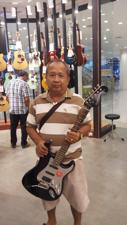 ลูกค้าที่ซื้อ Squier Black and Chrome Stratocaster