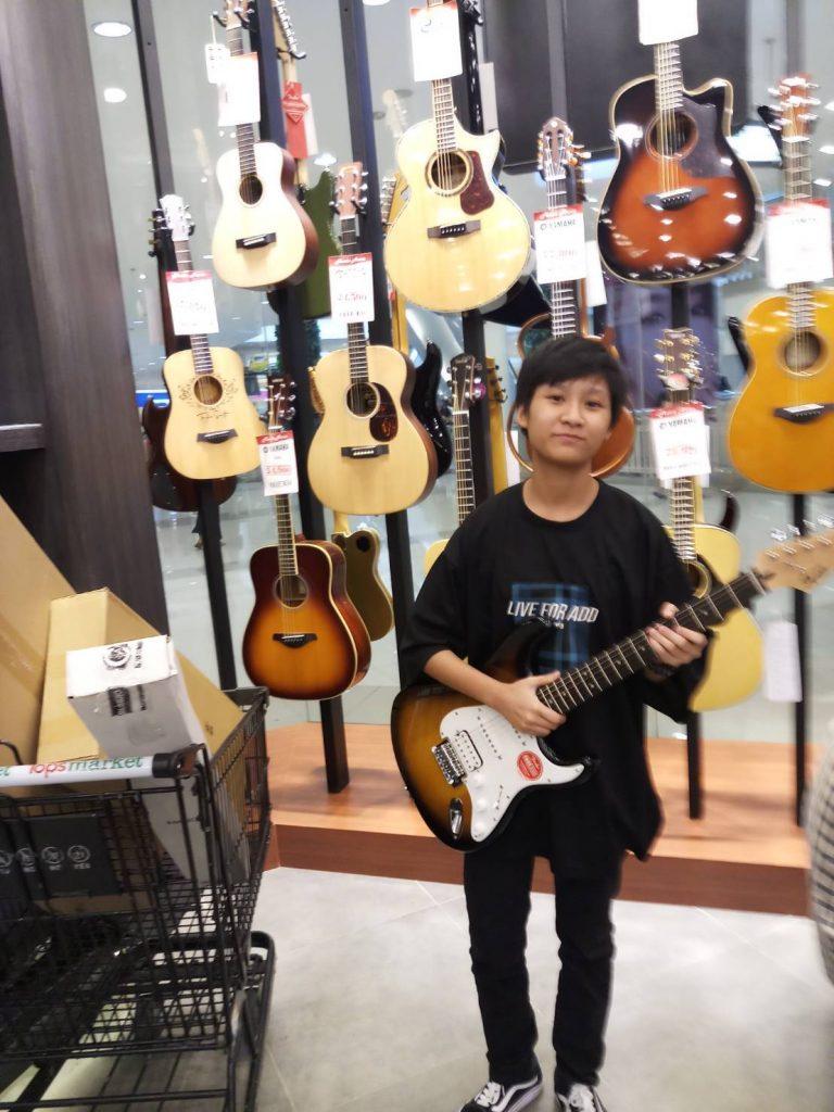 ลูกค้าที่ซื้อ Squier Bullet Stratocaster HSS