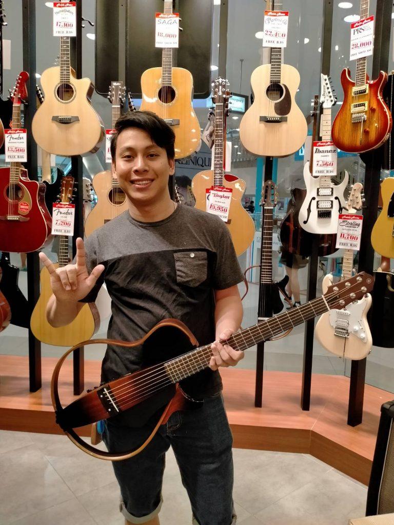 ลูกค้าที่ซื้อ Yamaha Silent Guitar SLG200S