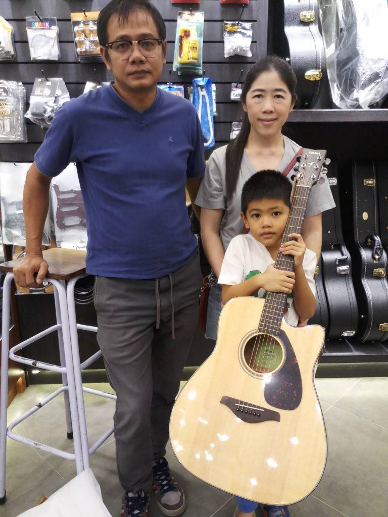 ลูกค้าที่ซื้อ Yamaha FGX820C