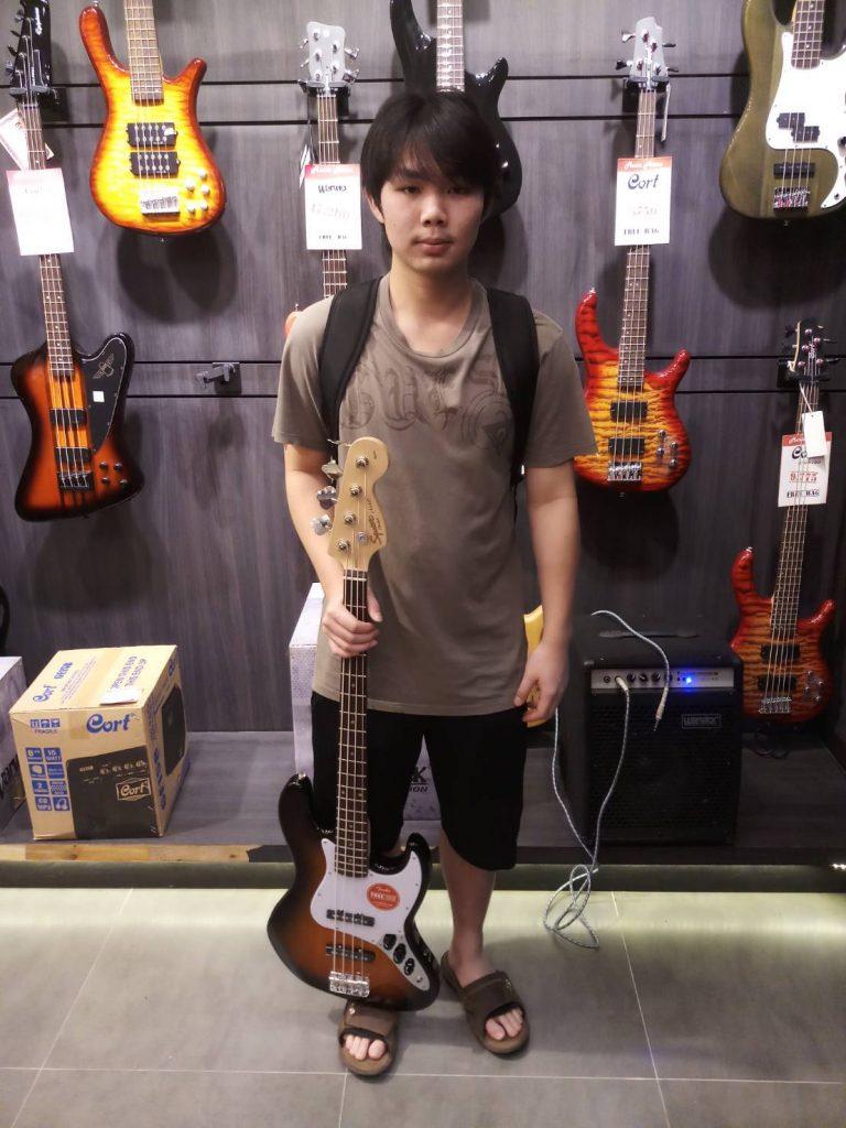 ลูกค้าที่ซื้อ Squier Affinity Jazz Bass