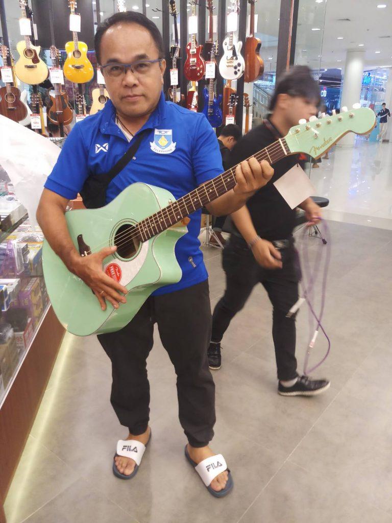 ลูกค้าที่ซื้อ Fender Sonoran SCE กีต้าร์โปร่ง Top-Solid