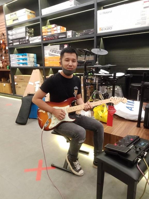ลูกค้าที่ซื้อ Fender Deluxe Stratocaster HSS