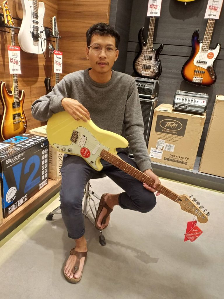 ลูกค้าที่ซื้อ Fender Duo-Sonic MN