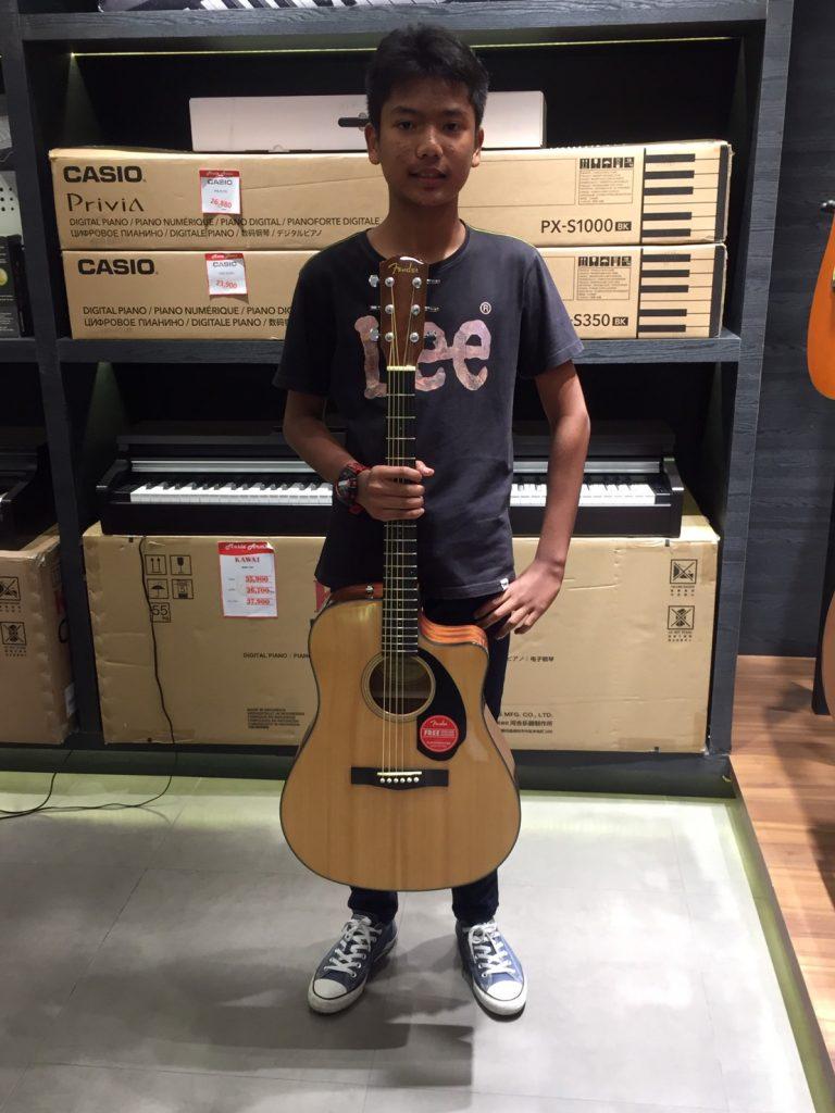 ลูกค้าที่ซื้อ Fender CD-60SCE