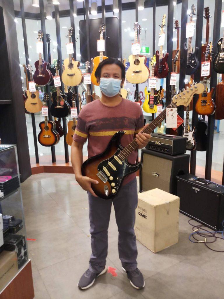 ลูกค้าที่ซื้อ Fender Deluxe Stratocaster