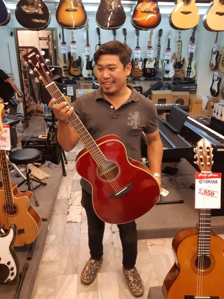ลูกค้าที่ซื้อ Yamaha FS-TA TransAcoustic Guitar