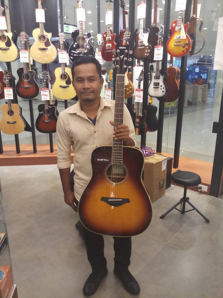 ลูกค้าที่ซื้อ Yamaha FG-TA TransAcoustic Guitar