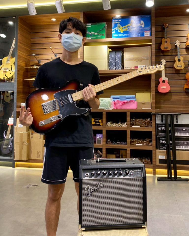 ลูกค้าที่ซื้อ Fender Deluxe Nashville Telecaster