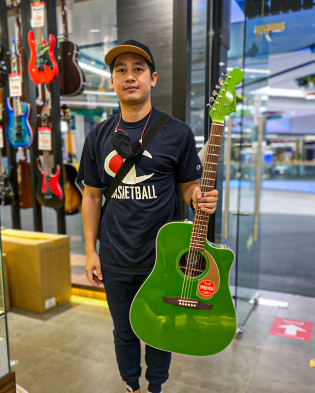 ลูกค้าที่ซื้อ กีต้าร์โปร่งไฟฟ้า Fender Redondo Player
