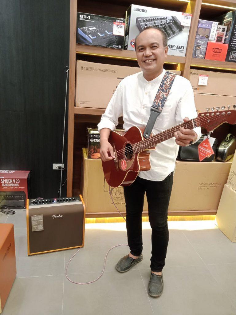 ลูกค้าที่ซื้อ Fender Newporter Player