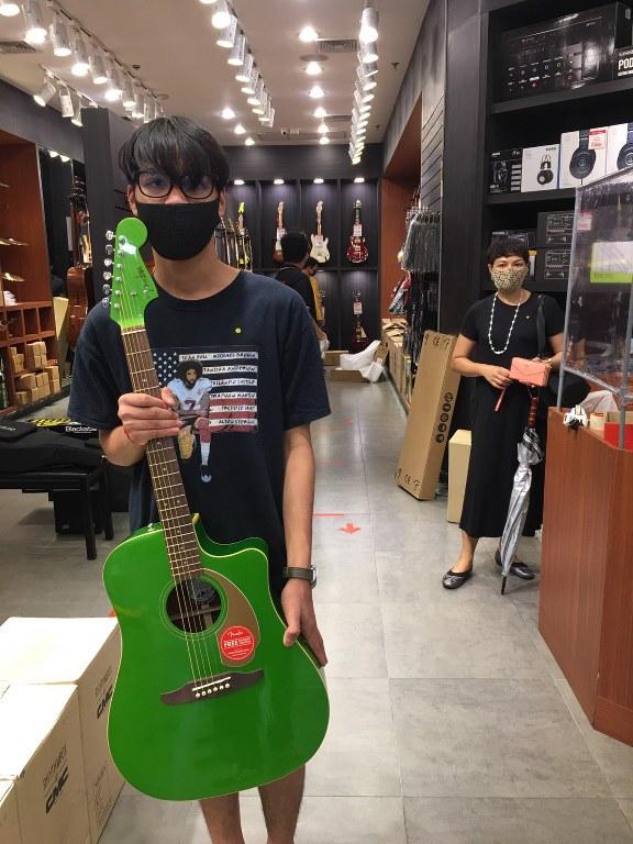ลูกค้าที่ซื้อ Fender Redondo Player