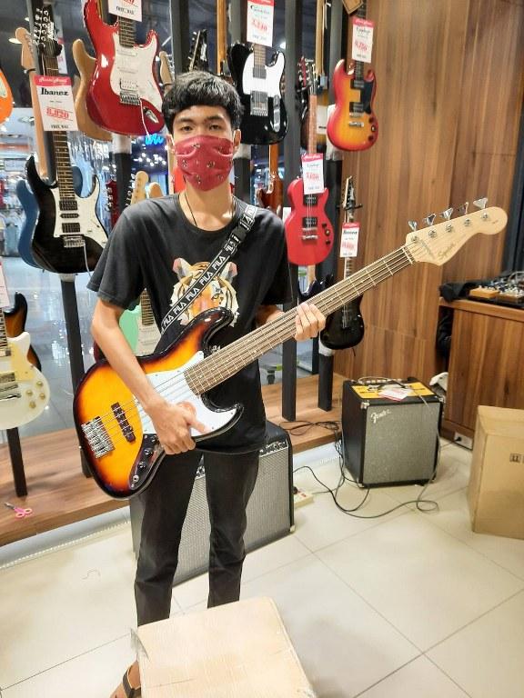 ลูกค้าที่ซื้อ Squier Affinity Jazz Bass V 5 String