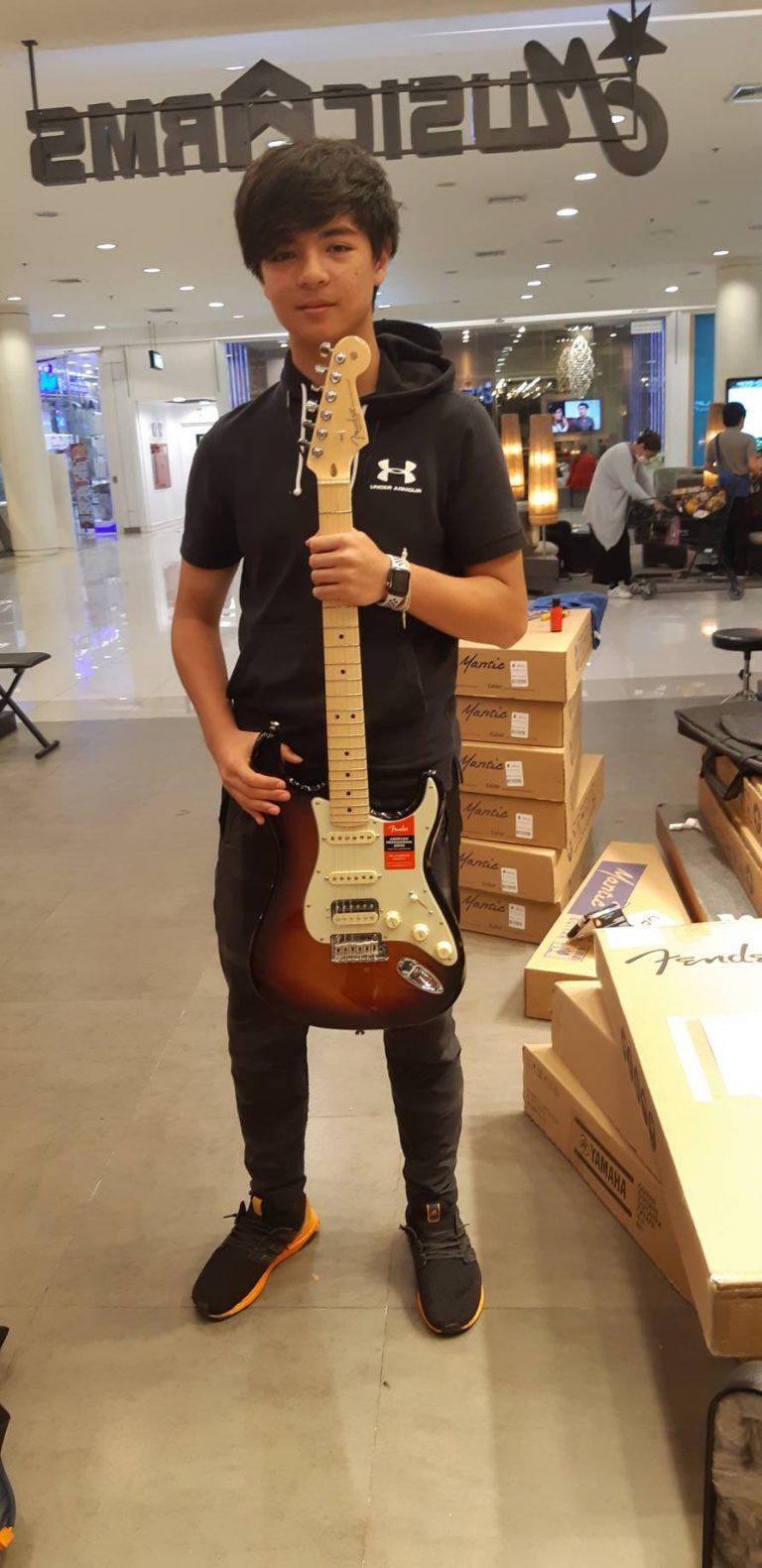ลูกค้าที่ซื้อ Fender American Professional Stratocater HSS ShawBucker