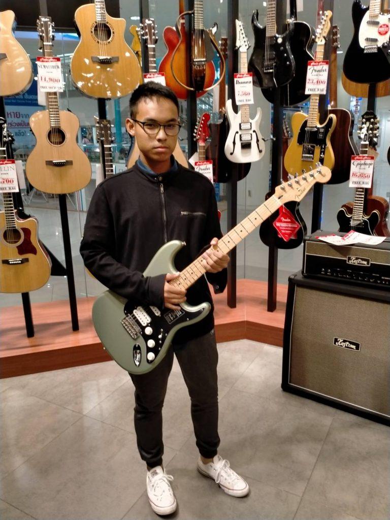ลูกค้าที่ซื้อ Fender Player Stratocaster HSH