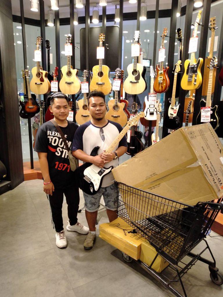 ลูกค้าที่ซื้อ Fender Player Stratocaster
