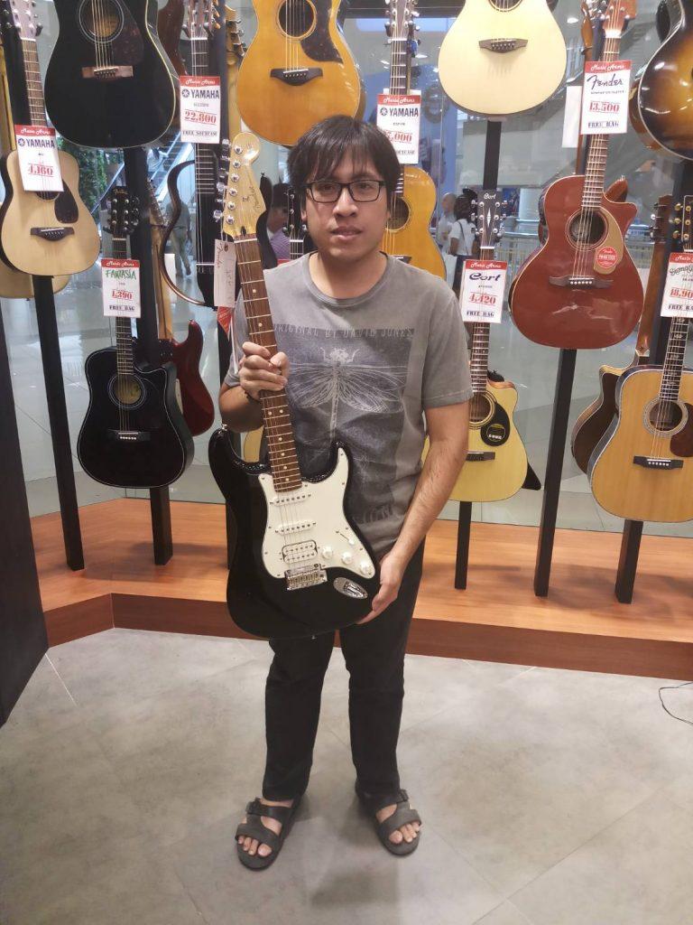 ลูกค้าที่ซื้อ Fender Player Stratocaster HSS