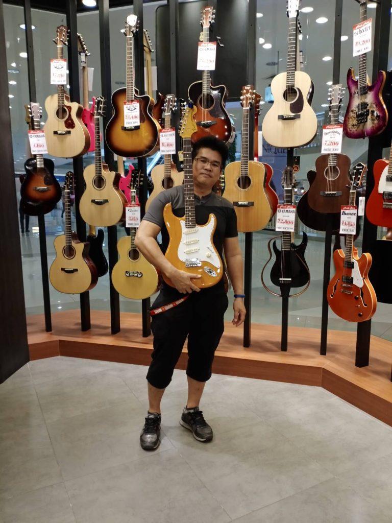 ลูกค้าที่ซื้อ Fender Stratocaster Olarn Signature