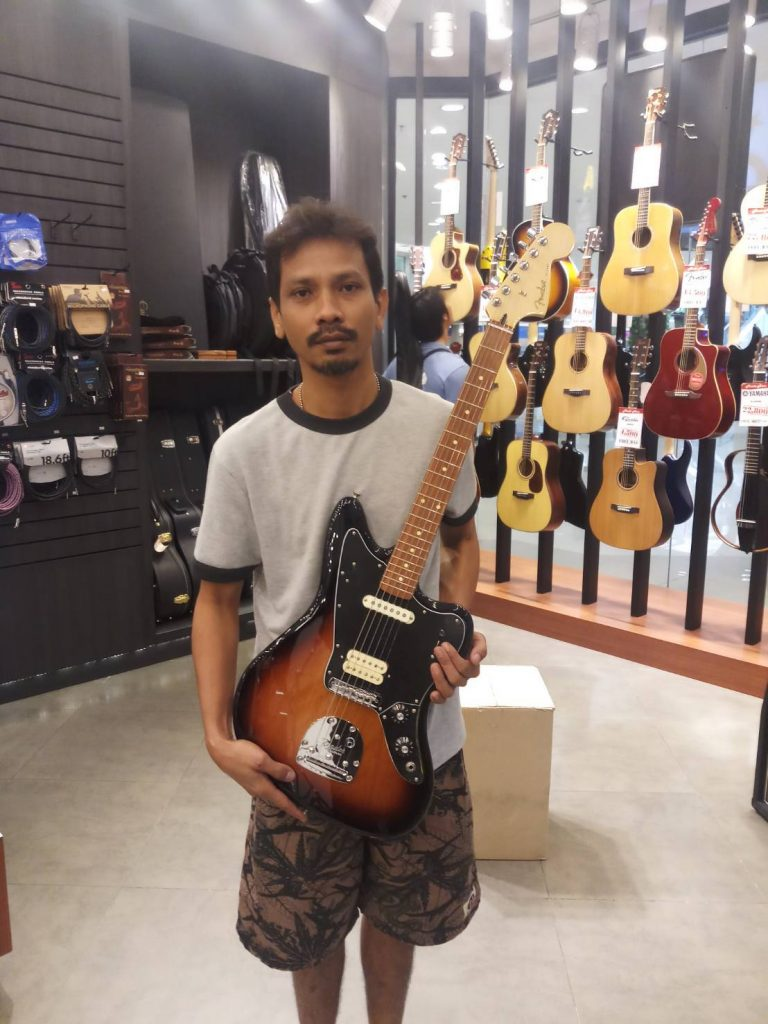 ลูกค้าที่ซื้อ Fender Player Jaguar PF