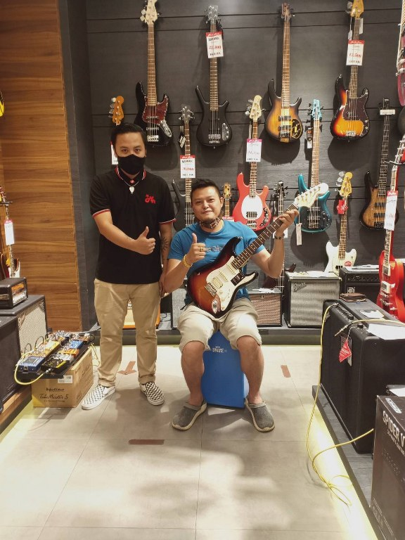 ลูกค้าที่ซื้อ Fender American Performer Stratocaster