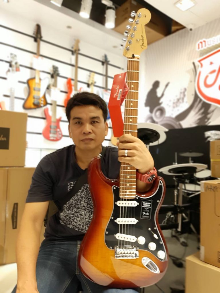 ลูกค้าที่ซื้อ Fender Player Stratocaster Plus Top