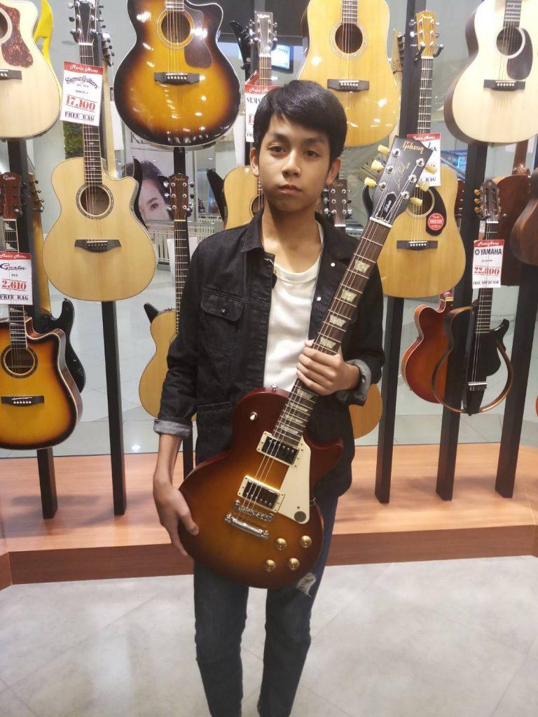 ลูกค้าที่ซื้อ Gibson Les Paul Tribute Electric Guitar