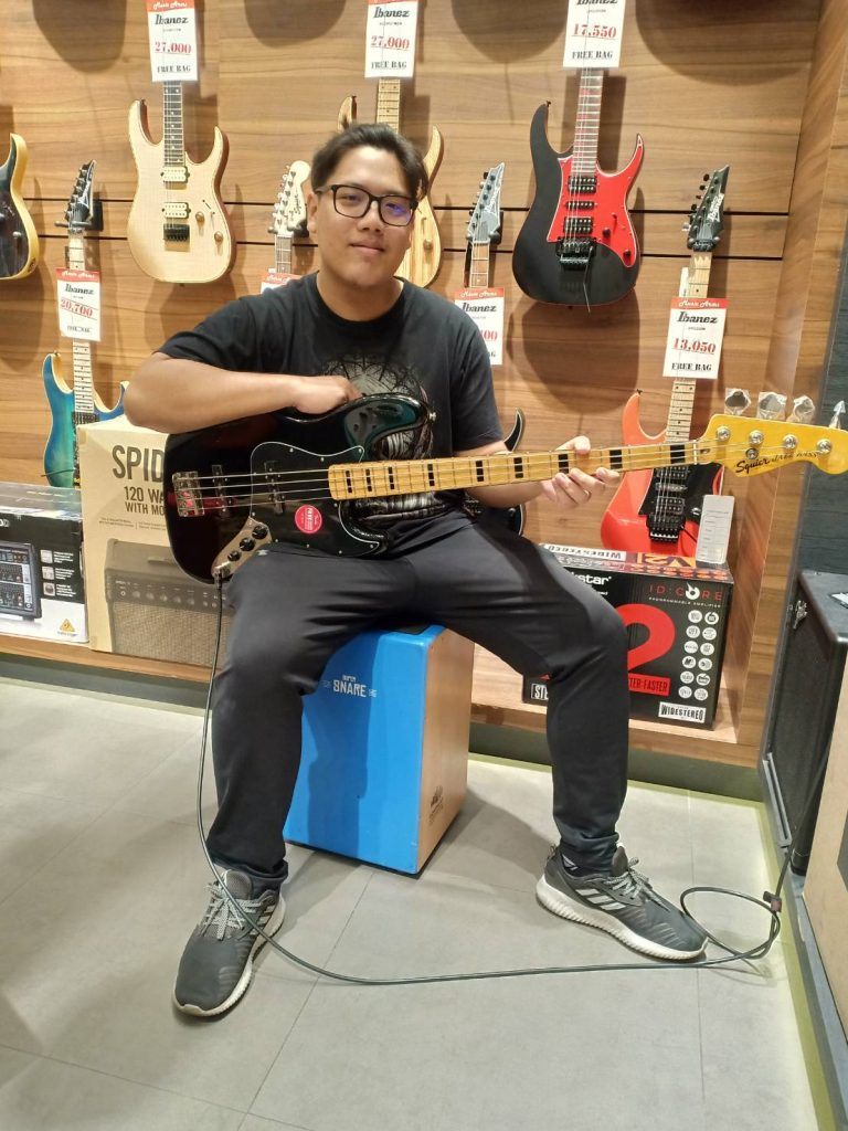 ลูกค้าที่ซื้อ Squier Classic Vibe Jazz Bass 70s 4 สาย