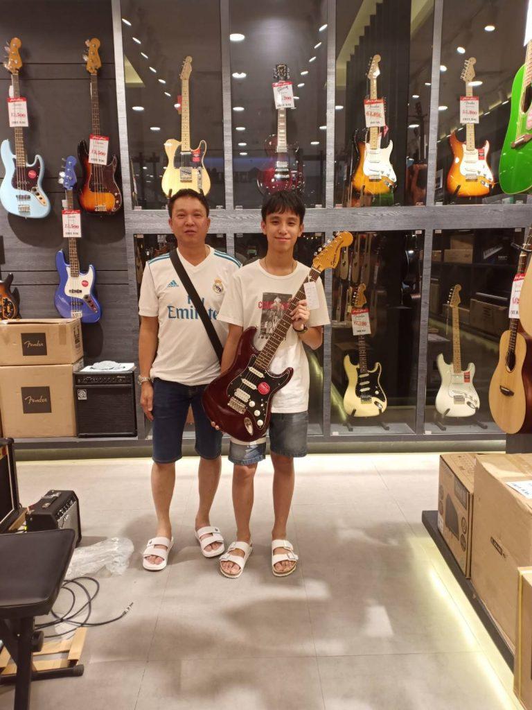 ลูกค้าที่ซื้อ Squier Classic Vibe 70s Stratocaster HSS