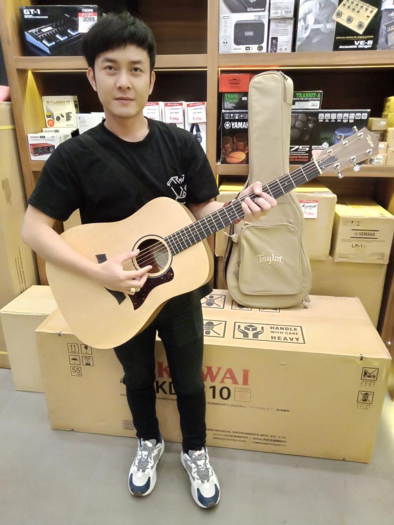 ลูกค้าที่ซื้อ Taylor Big Baby Taylor (BBTe) Acoustic Guitar