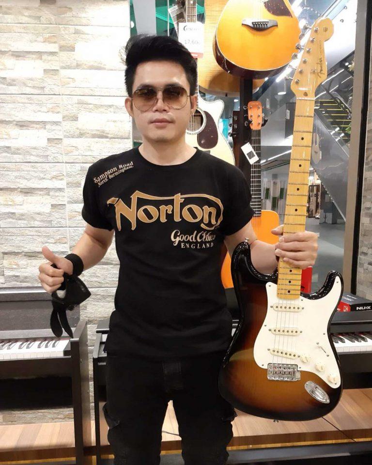 """ลูกค้าที่ซื้อ Fender Stories Collection Eric Johnson 1954 """"Virginia"""" Stratocaster"""